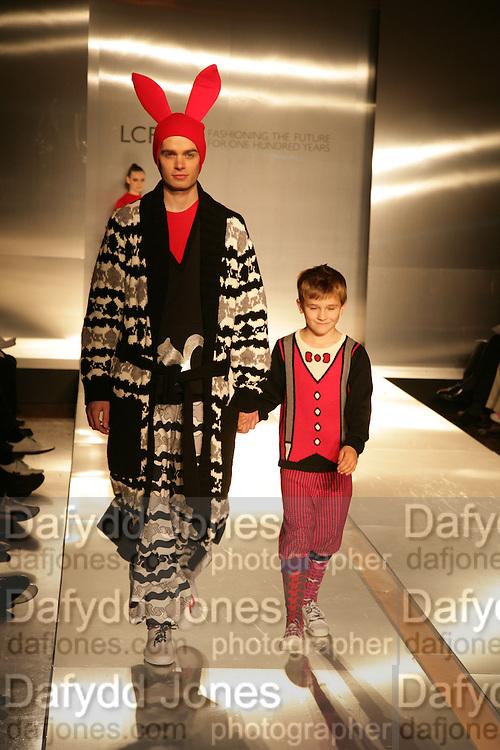 CATWALK SHOW OF STUDENTS WORK.  London College of Fashion catwalk show. Royal Academy of Arts, 6 Burlington Gardens. London. 31 May 2007. -DO NOT ARCHIVE-© Copyright Photograph by Dafydd Jones. 248 Clapham Rd. London SW9 0PZ. Tel 0207 820 0771. www.dafjones.com.