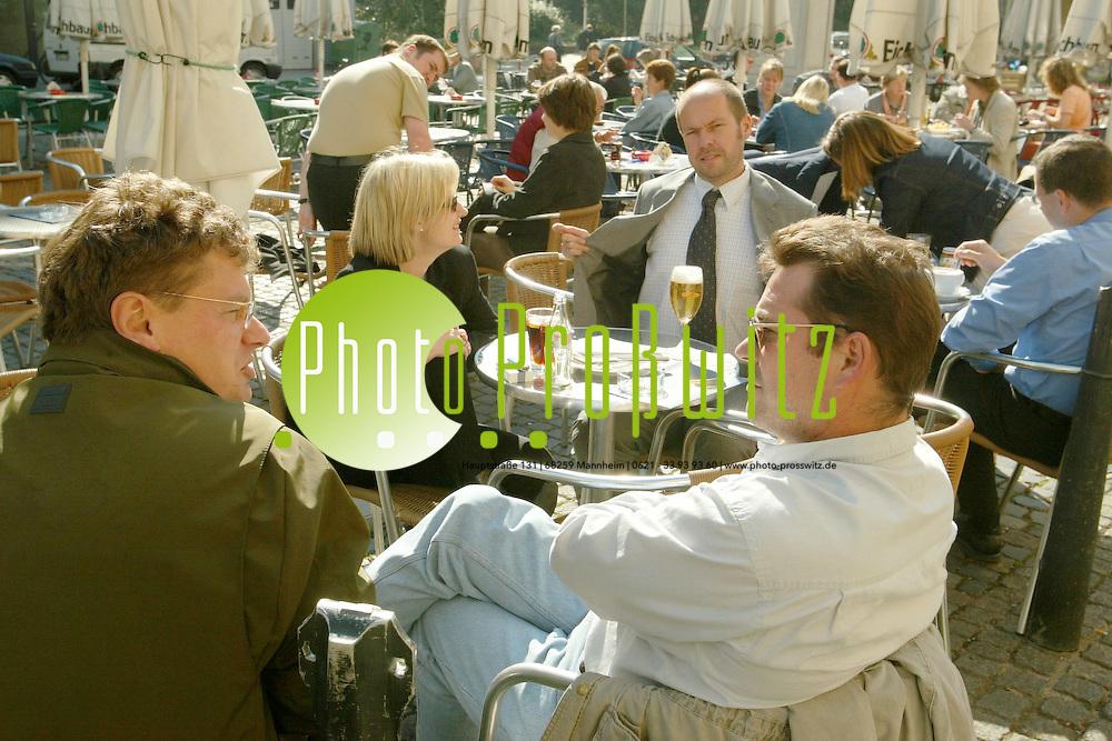Mannheim. Cafe Zentrale am Kapuzinerplatz Wetterfeature. Die letzten Sonnenstrahlen im Altweibersommer genie&szlig;en<br /> <br /> Bild: Pro&szlig;witz