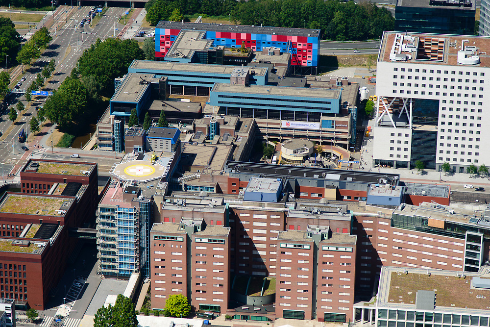 Nederland, Noord-Holland, Amsterdam-Buitenveldert, 29-06-2018; Kenniskwartier Zuid-as met Campus van de Vrije Universiteit VU en VU Medisch Centrum (VUMC), onderdeel Amsterdam UMC- lokatieVUmc. Vertrek traumahelikopter.<br /> University VU campus and medical centre, university hospital.<br /> <br /> luchtfoto (toeslag op standard tarieven);<br /> aerial photo (additional fee required);<br /> copyright foto/photo Siebe Swart