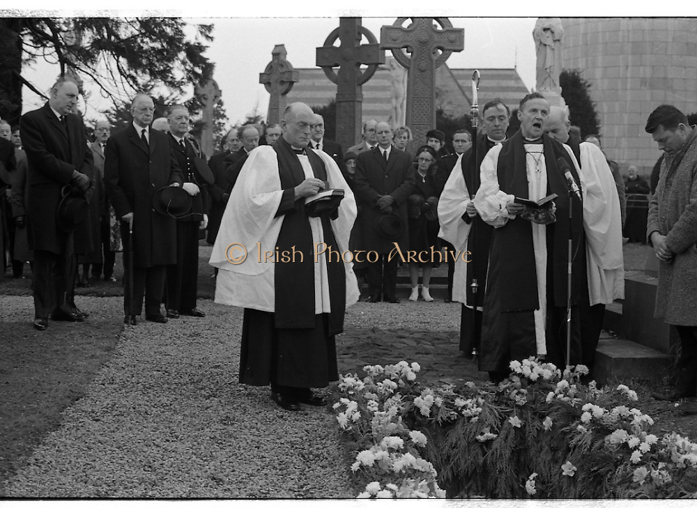 The State Funeral of Sir Alfred Chester Beatty at Glasnevin Cemetery, Dublin. The Archbishop of Dublin, The Most Rev. G.O. Simms prays over the grave. Onlookers include President Eamon de Valera and the Lord Mayor of Dublin, Councillor T. Stafford.<br /> 29.01.1968