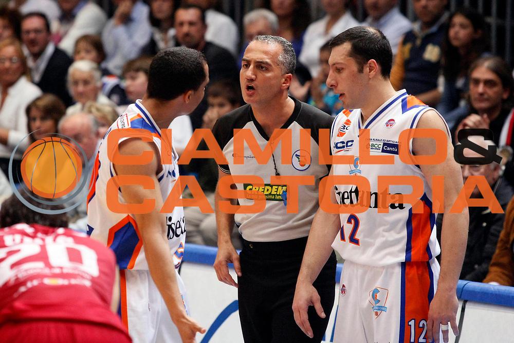 DESCRIZIONE : Cantu Lega A1 2007-08 Playoff Quarti di Finale Gara 4 Tisettanta Cantu Lottomatica Virtus Roma <br /> GIOCATORE : DaShaun Wood Arbitro<br /> SQUADRA : Tisettanta Cantu<br /> EVENTO : Campionato Lega A1 2007-2008 <br /> GARA : Tisettanta Cantu Lottomatica Virtus Roma <br /> DATA : 17/05/2008 <br /> CATEGORIA : Delusione<br /> SPORT : Pallacanestro <br /> AUTORE : Agenzia Ciamillo-Castoria/G.Cottini