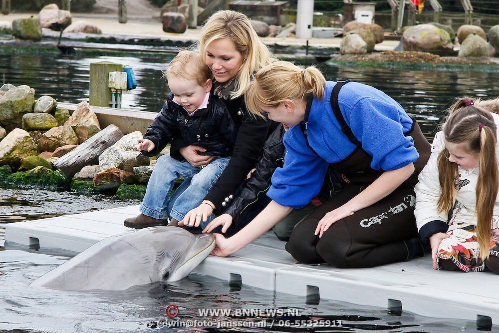 NLD/Harderwijk/20100320 - Opening nieuwe Dolfinarium seizoen met nieuwe show, Tanja Jess met haar zoon Bobby aait een dolfijn