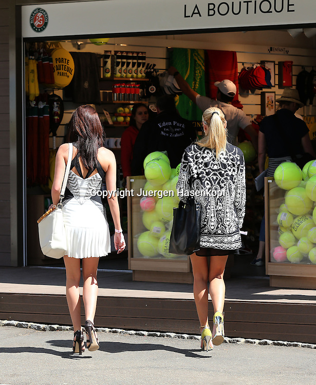 French Open 2014, Roland Garros,Paris,ITF Grand Slam Tennis Tournament, Feature, zwei edel gekleidete Damen auf dem Weg in die Boutique auf der Anlage,shopping,Ganzkoerper,Hochformat,