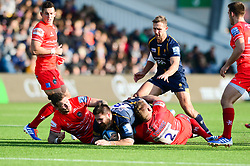 Cornell du Preez of Worcester Warriors is closed down by Guy Thompson of Leicester Tigers - Mandatory by-line: Dougie Allward/JMP - 19/10/2019 - RUGBY - Sixways Stadium - Worcester, England - Worcester Warriors v Leicester Tigers - Gallagher Premiership Rugby