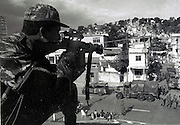 Exército repreende moradores no morro da Mangueira - 1994. Army reprehends residents in the hill of the Hose - 1994.