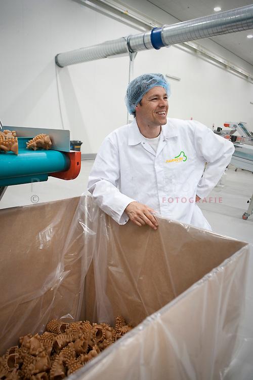 veendam 12/5/2009. Wim Pater, hondenkluivenfabriek paragon . foto: Pepijn van den Broeke
