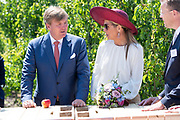 Koning Willem-Alexander en koningin Maxima in de boomgaard van Koninklijke FruitMasters tijdens het streekbezoek aan de Betuwe. <br /> <br /> King Willem-Alexander and Queen Maxima in the orchard of Royal FruitMasters during the regional visit to the Betuwe.