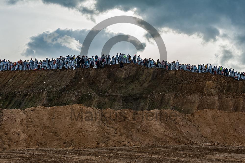 Deutschland, Elsdorf - 05.11.2017<br /> <br /> Aktivisten stehen an der Abbruchkante. Circa 2500 Aktivisten drangen in die Grube des Braunkohle Tagebau Hambach ein um mit der Aktion f&uuml;r einen sofortigen Kohleausstieg zu protestieren. Die Aktion fand im Rahmen von Protesten im Vorfeld der UN-Klimakonferenz in Bonn statt.<br /> <br /> Germany, Elsdorf - 05.11.2017<br /> <br /> Activists stand at the scarp. Approximately 2500 activists invaded the pit of the lignite opencast mine Hambach to protest for an immediate coal exit. The action took place during protests prior to to the UN Climate Change Conference in Bonn.<br /> <br />  Foto: Markus Heine<br /> <br /> ------------------------------<br /> <br /> Ver&ouml;ffentlichung nur mit Fotografennennung, sowie gegen Honorar und Belegexemplar.<br /> <br /> Bankverbindung:<br /> IBAN: DE65660908000004437497<br /> BIC CODE: GENODE61BBB<br /> Badische Beamten Bank Karlsruhe<br /> <br /> USt-IdNr: DE291853306<br /> <br /> Please note:<br /> All rights reserved! Don't publish without copyright!<br /> <br /> Stand: 11.2017<br /> <br /> ------------------------------
