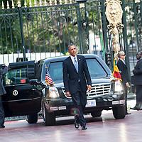 27/06/2013.  Dakar. Senegal. Les présidents Barack Obama et Macky Sall ont offert une conférence de presse au Palais Présidentiel de la République du Senegal. Michelle Obama a son arrivée. Les deux présidents se saluent après la conférence de presse.  ©Sylvain Cherkaoui/Cosmos