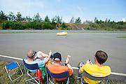 Petra von Fintel wordt aangemoedigd tijdens de 24-uursrace. In Duitsland worden op de Dekrabaan bij Schipkau recordpogingen gedaan met speciale ligfietsen tijdens een speciaal recordweekend.<br /> <br /> Petra von Fintel is cheered at the 24-hours race. In Germany at the Dekra track near Schipkau cyclists try to set new speed records with special recumbents bikes at a special record weekend.