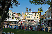 Piazza Gisose Carducci, Sirmione, Gardasee, Lombardei, Italien | Piazza Giosue Carducci, Sirmione, Lake Garda, Lombardy, Italy