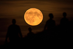 © Licensed to London News Pictures. 25/09/2018. LONDON, UK.  People watch the moon rise over the capital the day after the Harvest Moon, the closest full moon to the autumnal equinox.  Photo credit: Stephen Chung/LNP