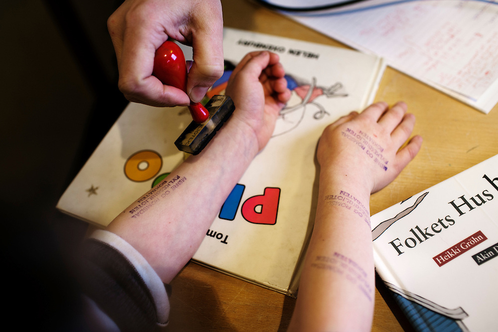 The children at Innveien are lucky to have their hands and arms covered in stamps...Photo by Knut Egil Wang /MOMENT