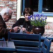 NLD/Laren/20080417 - Mies Bouwman en partner Leen Timp lunchend op een terras in Laren