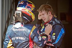 O piloto alemão de Fórmula 1 Sebastian Vettel (D) comprimenta Sebastien Buemi, da Toro Rosso após vencer o Grande Prêmio Brasil em Interlagos, São Paulo em 7 de novembro de 2010. O resultado levou a Red Bull a ser campeão de construtores pela primeira vez. FOTO: Jefferson Bernardes/Preview.com