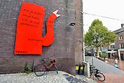 Nederland, the netherlands, nijmegen, 6-9-2018Muurschildering in het centrum van de stad . Rode koffiepot van kunstenaar Klaas Gubbels met gedicht van K. Schippers . Rood .Foto: Flip Franssen
