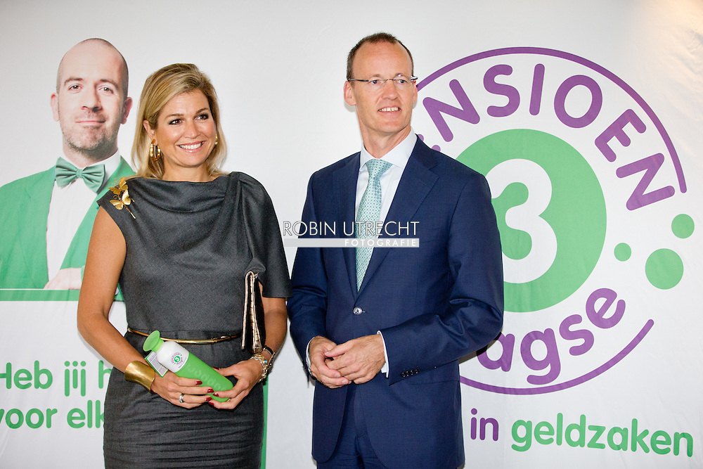 """HILVERSUM - Queen Maxima with Klaas Knot of the Dutch bank . , honorary president of platform Pointer in money matters is Thursday, September 11th attended the DNB Retirement Seminar 2014 in theater Spant in Bussum. The seminar's theme is """"The participant in the picture. One of the topics is the importance of pension awareness among consumers. Audiences are directors and policymakers from pension funds. COPYRIGHT ROBIN UTRECHT"""