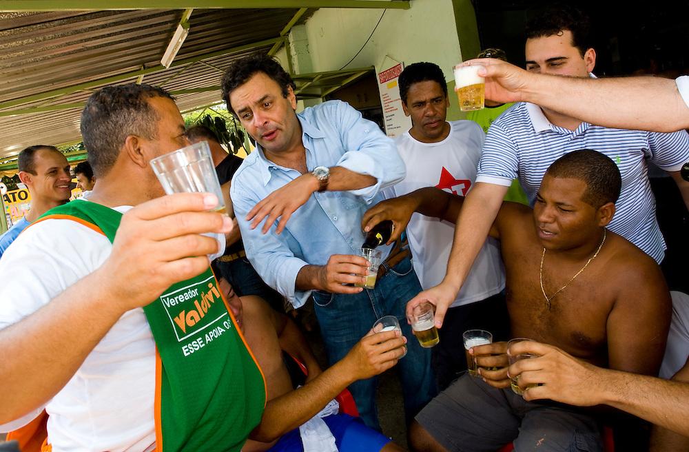 Campanha Márcio Lacerda..O governador Aécio Neves toma uma cerveja com simpatizantes durante caminhada na região do Barreiro...Fotos: Leo Drumond / Agencia Nitro