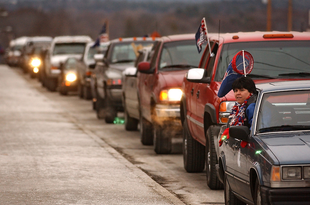 (1/19/02 Foxboro, MA) Patriots vs. Raiders at Foxboro Stadium. Robin McManus of Bridgeport Conn. pokes her head out the window as a long line of car wait to park at the stadium.  011902mjspats.JPG- Staff Photo by Michael Seamans. Saved in Sunday/FTP)