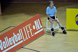 29-10-2011 VOLLEYBAL: NEDERLAND - BELGIE: ALMERE<br /> De eerste oefenwedstrijd als voorbereiding op het pre OKT wordt met 3-0 gewonnen van Belgie / Ballenmeisje wordt er een beetje moe en gaapt, boarding volleyballife<br /> ©2011-WWW.FOTOHOOGENDOORN.NL