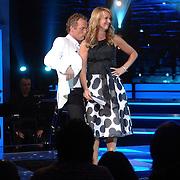 NLD/Weesp/20070311 - 1e Live uitzending Just the Two of Us, presentatoren Gordon en Linda de Mol