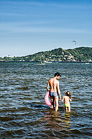 Pai e filha na Lagoa da Conceição. Florianópolis, Santa Catarina, Brasil. / Father and daughter at Conceicao Lagoon. Florianopolis, Santa Catarina, Brazil.