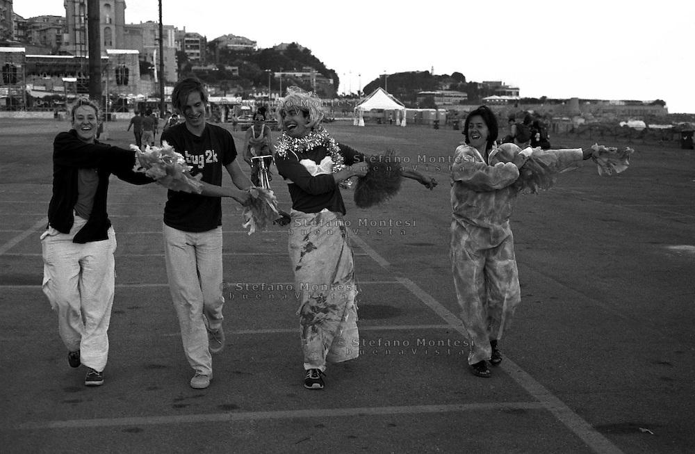 G8  Genova  Luglio 2001.Prove  di uno spettacolo teatrale alla cittadella del Genova Social Forum.