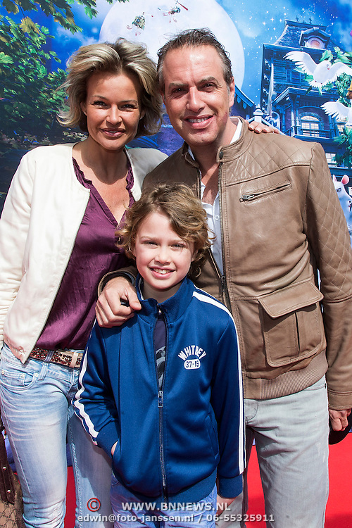 NLD/Amsterdam/20140413 - Inloop Filmpremiere Het Magische Huis, Richard Kemper met partner Wendy en zoon