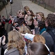 NLD/Apeldoorn/20081101 - Opening tentoonstelling SpeelGoed op paleis Het Loo, toeschouwers fotograferen de prinsessen door de ramen van de bus