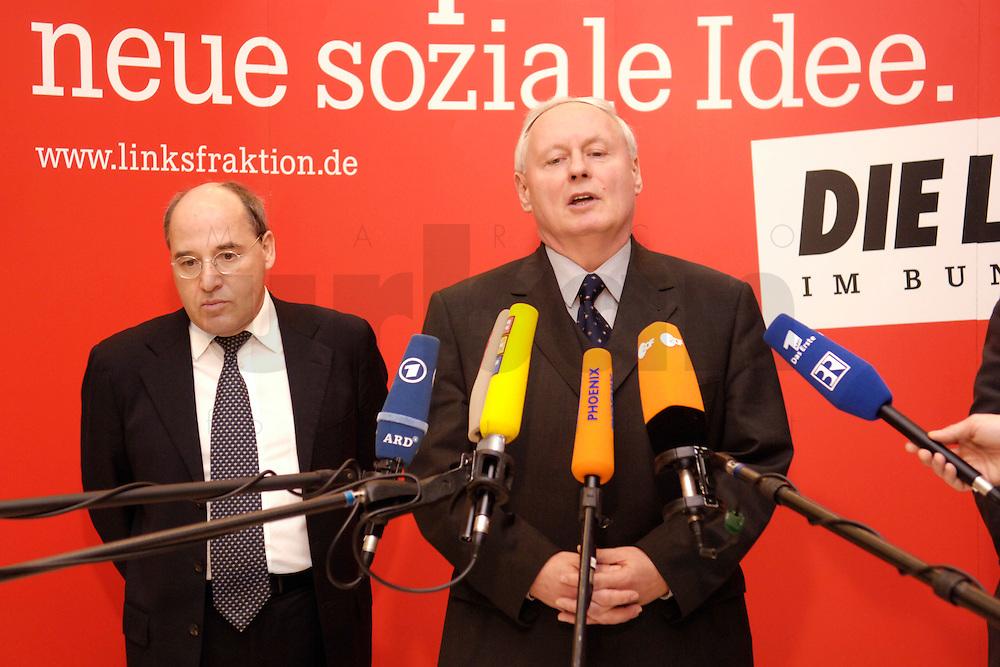 07 FEB 2006, BERLIN/GERMANY:<br /> Gregor Gysi (L), Die Linke Frakionsvorsitzender, und Oskar Lafontaine (R), Die Linke Fraktionsvorsitzender, waehrend einem Pressestatement, vor Beginn der Fraktionssitzung, Deutscher Bundestag<br /> IMAGE: 20060207-01-003<br /> KEYWORDS: Mikrofon, microphone