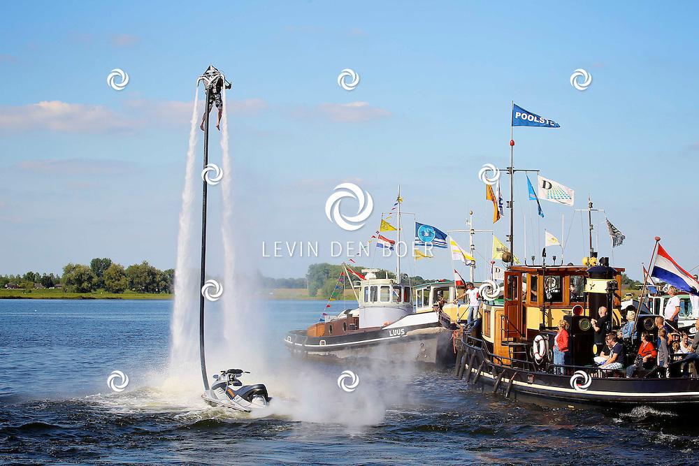 AALST - Voor het eerst dit jaar is er in Aalst een Maritiem georganiseerd met diversen Rondvaarten, Visbakken, Stationaire Scheepsmotoren en nog veel meer.  Met op de foto de water JetPack gemaakt in Holland ook wel JetLev genoemd. FOTO LEVIN DEN BOER - PERSFOTO.NU