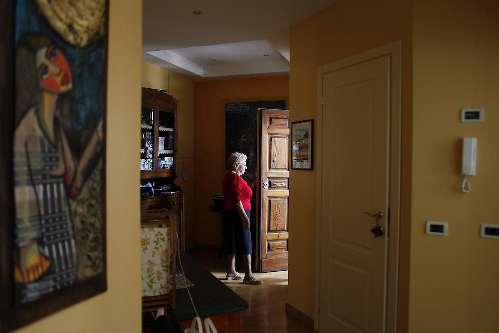 Nonna in attesa che arrivino i nipoti da scuola<br /> <br /> Grondmother wait