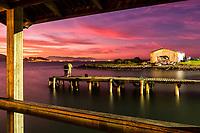 Trapiche na Ilha das Campanhas, na Praia da Armação, ao anoitecer. Florianópolis, Santa Catarina, Brasil. / Pier at Ilha das Campanhas, next to Armacao Beach, at evening. Florianopolis, Santa Catarina, Brazil.