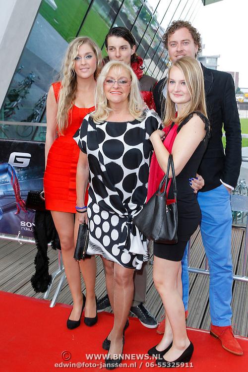 NLD/Amsterdam/20120625 - Inloop premiere Spiderman, Corry Konings met dochter Sharona en zoon Youri en …..