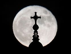 © Licensed to London News Pictures. 14/12/2016. London, UK. The last Super Moon of 2016 rises above St Paul's Cathedral. Photo credit: Peter Macdiarmid/LNP