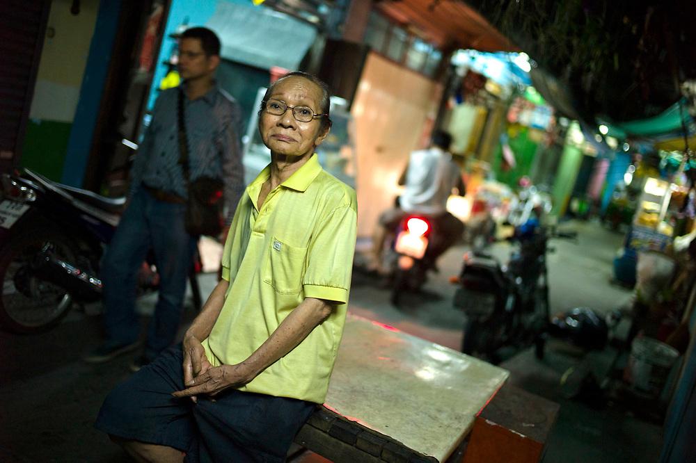 Bangkok November 19, 2013<br /> Nong is (77), is the oldest Thai Ladyboy in Thailand. He received the MissLadyboys.com award for this.Bangkok 19 novembre 2013<br /> Nong est (77), est le plus vieux Ladyboy thaïlandais en Thaïlande. Il a reçu le prix MissLadyboys.com pour cela.