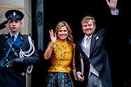 AMSTERDAM - Koning Willem-Alexander en koningin Maxima arriveren bij het Koninklijk Paleis voor de nieuwjaarsontvangst. Het koningspaar ontvangt leden van het corps diplomatique en internationale organisaties.  Woensdag 15 januari ontvangt het Koninklijk Paar de leden van het corps diplomatique en internationale organisaties. Dinsdag 14 januari ontvangen Koning Willem-Alexander en Koningin Máxima enkele honderden gasten uit politiek en openbaar bestuur en uit diverse sectoren van de Nederlandse samenleving. Daarnaast zijn dit jaar specifiek vertegenwoordigers uit het openbaar vervoer uitgenodigd. De Koning bracht in dit kader op dinsdag 3 december 2019 een werkbezoek aan organisaties voor openbaar en publiek vervoer Groningen en Drenthe. Koning Willem-Alexander sprak in Assen onder meer met vertegenwoordigers van lokale en regionale overheden over de samenwerking met vervoerders om het openbaar vervoer en publiek vervoer te organiseren. Ook ging de Koning tijdens een rit met een waterstofbus in gesprek met medewerkers over duurzaam openbaar vervoer  robin utrecht