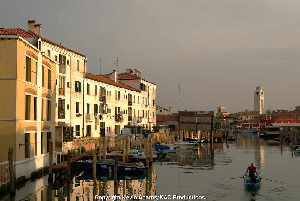 38_03_01_03853.Early-morning canal scene in the Castello district of Venice, Italy.