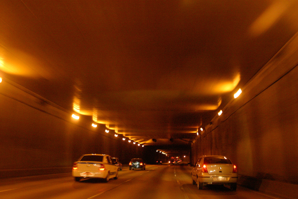 Sao Paulo_SP, Brasil...Carros em um tunel em Sao Paulo...Cars in a tunnel in Sao Paulo...Foto: LEO DRUMOND / NITRO