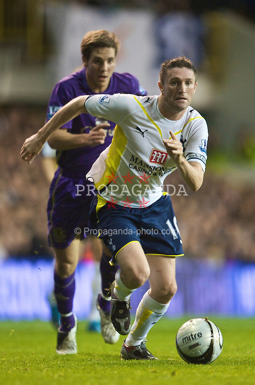 LONDON, ENGLAND - Tuesday, October 27, 2009: Tottenham Hotspur's Robbie Keane and Everton's Dan Gosling during the League Cup 4th Round match at White Hart Lane. (Photo by David Rawcliffe/Propaganda)