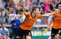 EINDHOVEN - Jelle Galema heeft de stand op 2-1 voor AZ gebracht tijdens de finale play off wedstrijd tussen de mannen van Oranje-Zwart en Bloemendaal. OZ wint met 3-2 en de titel. links Keeper Jaap Stockmann van Bloemendaal. rechts Thomas Briels  ANP KOEN SUYK