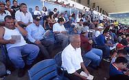 Vista de la tribuna popular, donde los aficionados al deporte ecuestre esperan y hacen sus apuestas.  People watching the race.  (Ramón Lepage/Orinoquiaphoto)