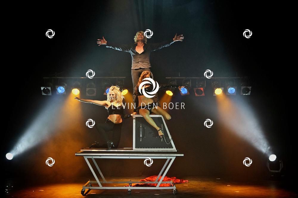 RHENEN - Hans Klok geeft een voorstelling van zijn nieuwe Magic Show in Ouwehands Dierenpark Rhenen voor vrienden, familie en bekenden. FOTO LEVIN DEN BOER - PERSFOTO.NU