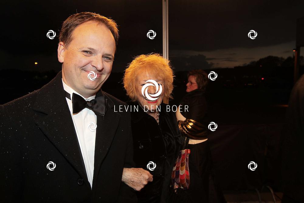 KATWIJK - Marjan Berk met haar zoon zaterdag op de oranje loper van de galapremiere van Soldaat van Oranje - de Musical in de Theater Hangaar op de oude vliegbasis Valkenburg bij Katwijk. FOTO LEVIN DEN BOER - PERSFOTO.NU