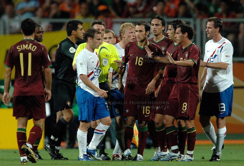 25-06-2006 VOETBAL: FIFA WORLD CUP: NEDERLAND - PORTUGAL: NURNBERG<br /> Oranje verliest in een beladen duel met 1-0 van Portugal en is uitgeschakeld / Opstootje met Sneijder, Kuyt en Ooijer<br /> ©2006-WWW.FOTOHOOGENDOORN.NL