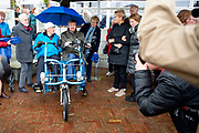 Koning Willem Alexander tijdens een werkbezoek aan Stichting Fietsmaatjes in Warmond. Deze stichting maakt het mogelijk dat mensen die door een beperking niet meer zelfstandig kunnen fietsen samen met een vrijwilliger fietstochten kunnen maken op een duofiets. Stichting Fietsmaatjes neemt deel aan het Oranje Fonds Groeiprogramma