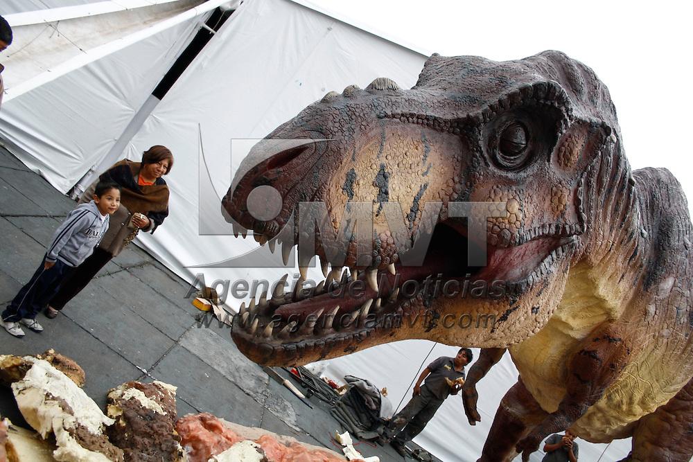 Toluca, México.- Previo a la Feria Mexicana de Ciencias e Ingeniería en la plaza de los Márties, los transeuntes se toman la foto con el tiranosaurio Rex que estara como parte de la feria.  Agencia MVT / Arturo Hernández S.