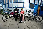Wachten voor de start. In Nieuwegein wordt het NK Fietskoerieren gehouden. Fietskoeriers uit Nederland strijden om de titel door op een parcours het snelst zoveel mogelijk stempels te halen en lading weg te brengen. Daarbij moeten ze een slimme route kiezen.<br /> <br /> Waiting to start. In Nieuwegein bike messengers battle for the Open Dutch Bicycle Messenger Championship.