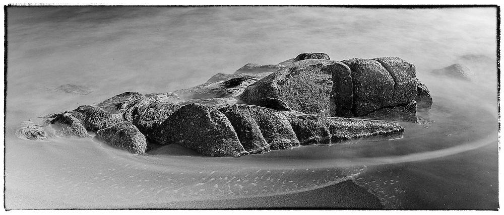10 de febrer de 2013. Sònia, Natalia i Edu. Aigua, pedres, sorra i cel a Sa Fosca de Palamós. Fotos: Toni Vilches.