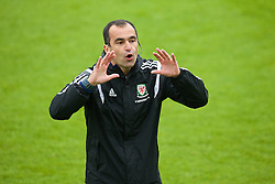 CHEPSTOW, WALES - Friday, May 23, 2014: Everton manager Roberto Martinez gives a practical demonstration during the Football Association of Wales' National Coaches Conference 2014 at Dragon Park FAW National Development Centre. (Pic by David Rawcliffe/Propaganda)